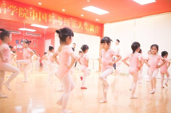 这个暑假,你的孩子需要一个专业的舞蹈培训!