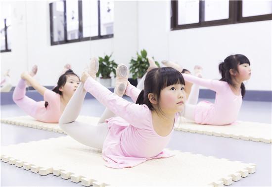 """孩子在舞蹈课上看似在""""玩"""",实则在学"""