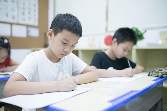 孩子写字总是写不快,家长要催吗?