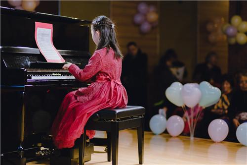 孩子学钢琴,必须要勤加练习