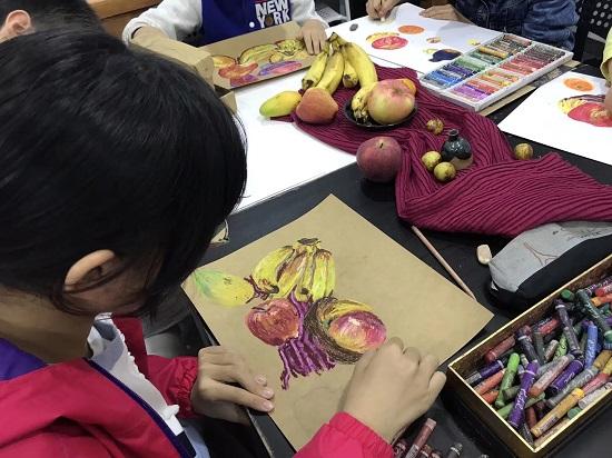 在不同年龄段,孩子可以尝试不同的美术课程哦!