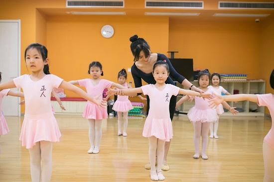 把孩子哄进舞蹈班,孩子能学得好吗?