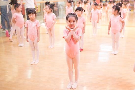 孩子学跳舞,课堂上的教学就足够了吗?