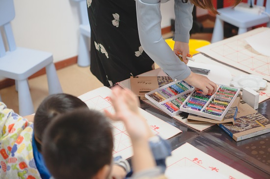 孩子画画,总是画得很小很紧凑是怎么回事?