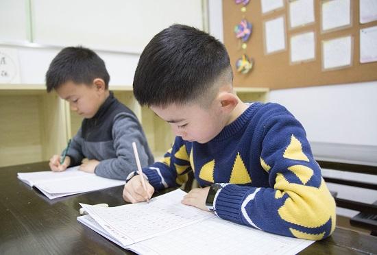 学书法:孩子在家描字帖可不够!