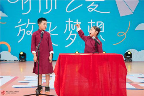 孩子學習少兒小主持,在日常生活中也可以培養孩子的語言表達能力