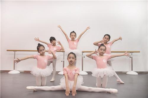 孩子学舞蹈,寒假到了,每天都要练习基本功哦