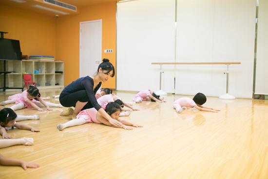 孩子学舞蹈的时候叉下不去怎么办?
