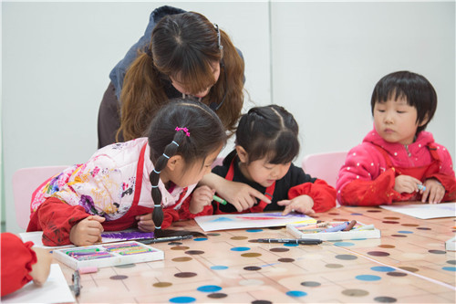 孩子在幼儿园力画的热火朝天,到家怎么就不喜欢画画了呢?