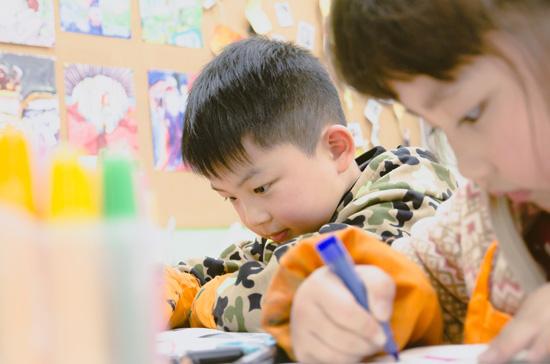 父母想让孩子学画画,除了送去美术班,还可以做什么?